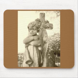 Ángel con la cruz alfombrillas de ratón