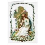Ángel con la cruz y las flores tarjeta de felicitación