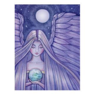 Ángel con la pequeña postal del mundo
