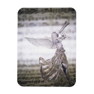 Ángel de cristal que juega la trompeta y la imagen imán