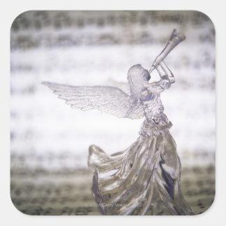 Ángel de cristal que juega la trompeta y la imagen pegatina cuadrada