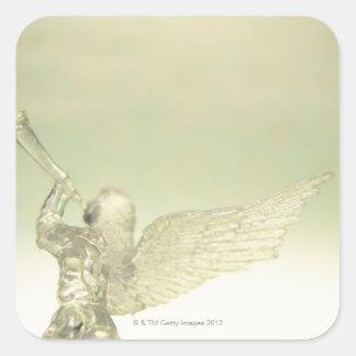 Ángel de cristal que toca la trompeta, vista pegatina cuadrada