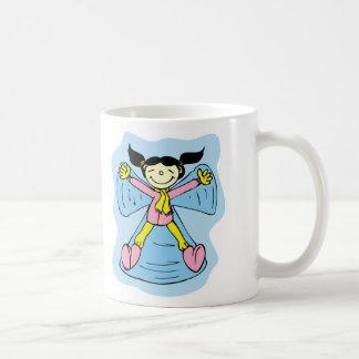 Ángel de la nieve de la niña taza básica blanca