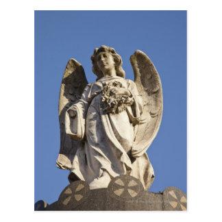 Ángel de piedra que mira abajo de la estatua en postal