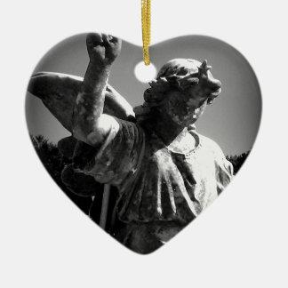 Ángel del cementerio adorno de cerámica en forma de corazón