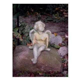 Ángel del jardín en roca tarjeta postal
