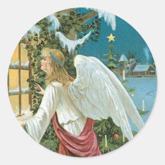 Ángel del navidad en la ventana etiquetas