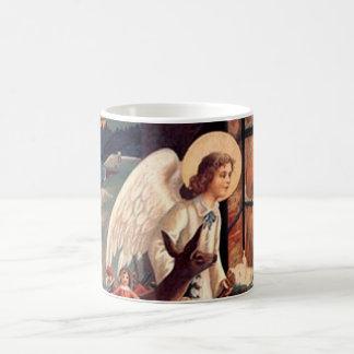Ángel del navidad que mira a través de una ventana taza de café
