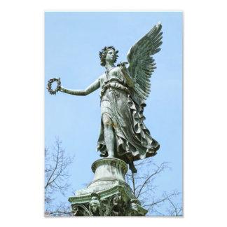 Ángel del od de la estatua en jardín del palacio d cojinete