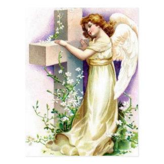 Ángel del vintage con la cruz cristiana postal