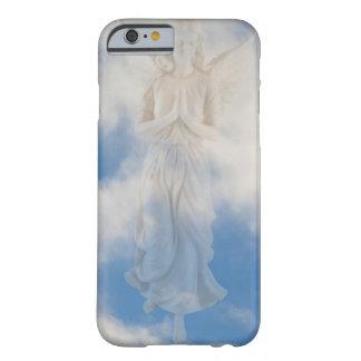 Ángel en cielo nublado del cielo azul por amor