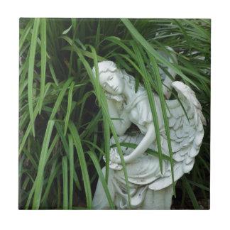 Ángel en la hierba azulejo cuadrado pequeño