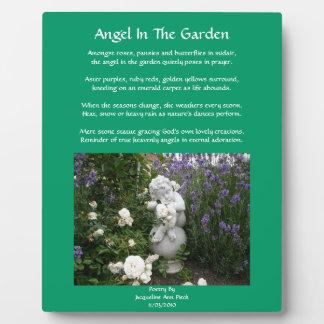 Ángel en la placa del poema del jardín