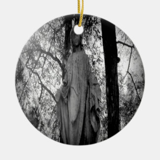 Ángel en los árboles adorno redondo de cerámica