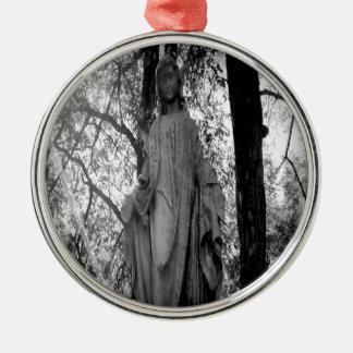 Ángel en los árboles adorno redondo plateado