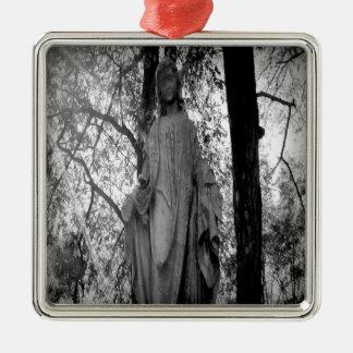 Ángel en los árboles adorno cuadrado plateado