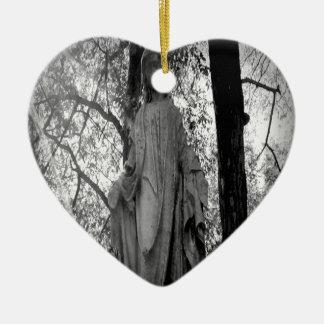 Ángel en los árboles adorno de cerámica en forma de corazón