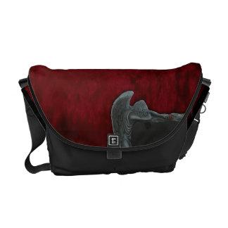 Ángel gótico en la bolsa de mensajero roja del mod bolsas de mensajeria