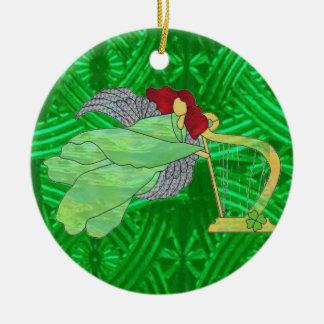 Ángel irlandés y arpa en vitral adorno redondo de cerámica