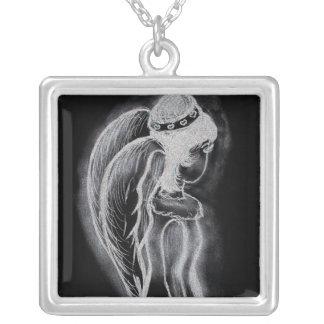 Ángel oblicuo invertido en blanco y negro collar plateado