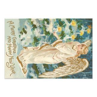 Ángel que enciende el árbol de navidad iluminado fotografía