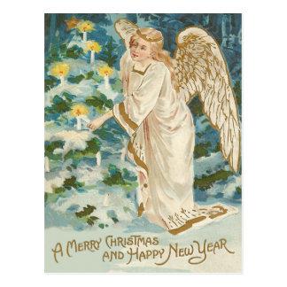 Ángel que enciende el árbol de navidad iluminado tarjetas postales