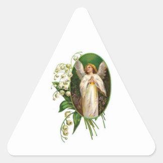 Ángel que ruega en un jardín pegatinas trianguloes