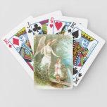 Ángel y chica de guarda baraja cartas de poker