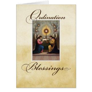 Ángeles de la enhorabuena de la ordenación en el tarjeta de felicitación