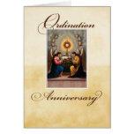 Ángeles del aniversario de la ordenación en el alt tarjetón