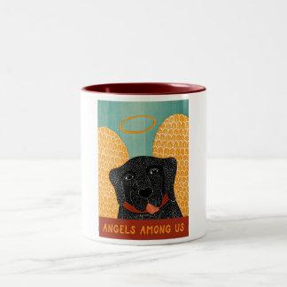 Ángeles del negro del perro del ángel entre taza de dos tonos