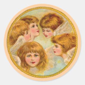 Ángeles en un círculo del anillo de oro pegatina redonda