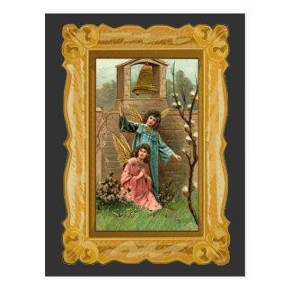 Ángeles en un jardín con Bell de oro Tarjeta Postal