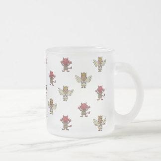 Ángeles y taza de café de los diablos