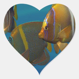Angelfish de la natación pegatina en forma de corazón