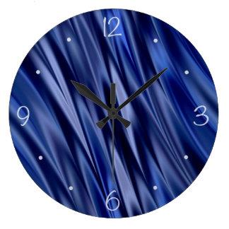 Añil y rayas azules violetas del estilo del satén reloj redondo grande