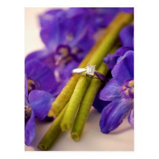 Anillo de compromiso con las flores púrpuras postal