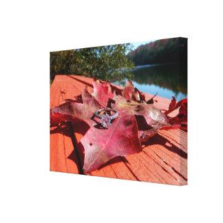 Anillo de compromiso en una hoja del otoño en lona lona envuelta para galerías