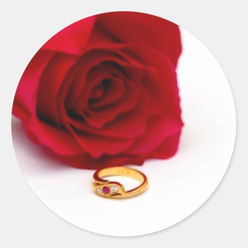 Anillo de diamante del rosa rojo y del oro pegatina redonda