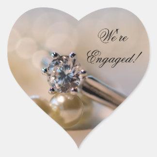 Anillo de diamante y sellos del sobre del pegatina en forma de corazón