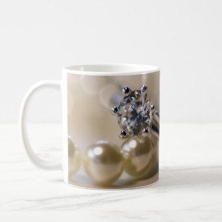 Anillo y perlas de diamante que casan la taza de c
