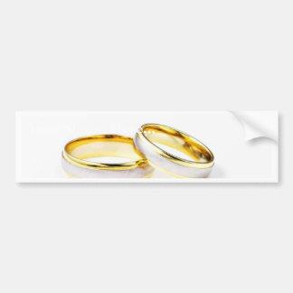 Anillos de bodas de oro en el fondo blanco pegatina para auto