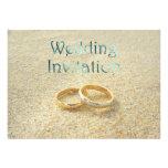 Anillos de bodas de playa que casan la invitación