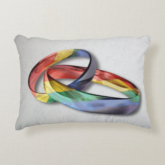 Anillos de bodas del arco iris para la igualdad de cojín decorativo