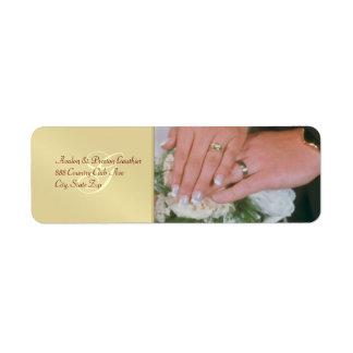 Anillos de bodas del metal del oro que casan la etiqueta de remitente