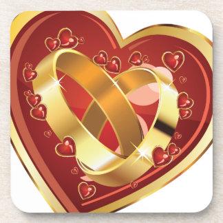 Anillos de bodas en corazón posavasos de bebida