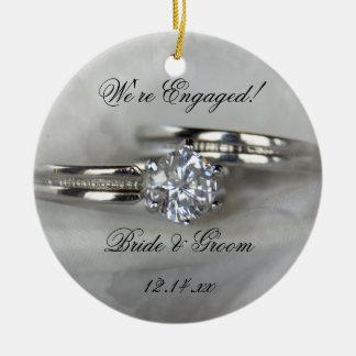 Anillos de bodas en el compromiso gris adorno navideño redondo de cerámica