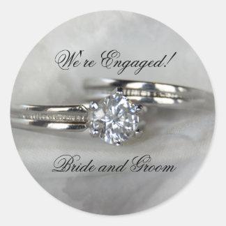 Anillos de bodas en el compromiso gris pegatina redonda