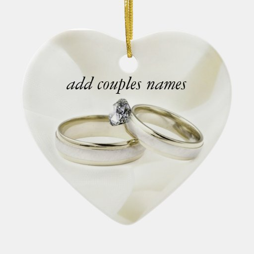 Anillos de bodas en el satén