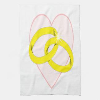 Anillos de bodas y corazón entrelazados toallas